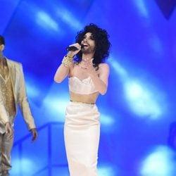 Conchita Wurst cantando en la gala Life Ball 2015
