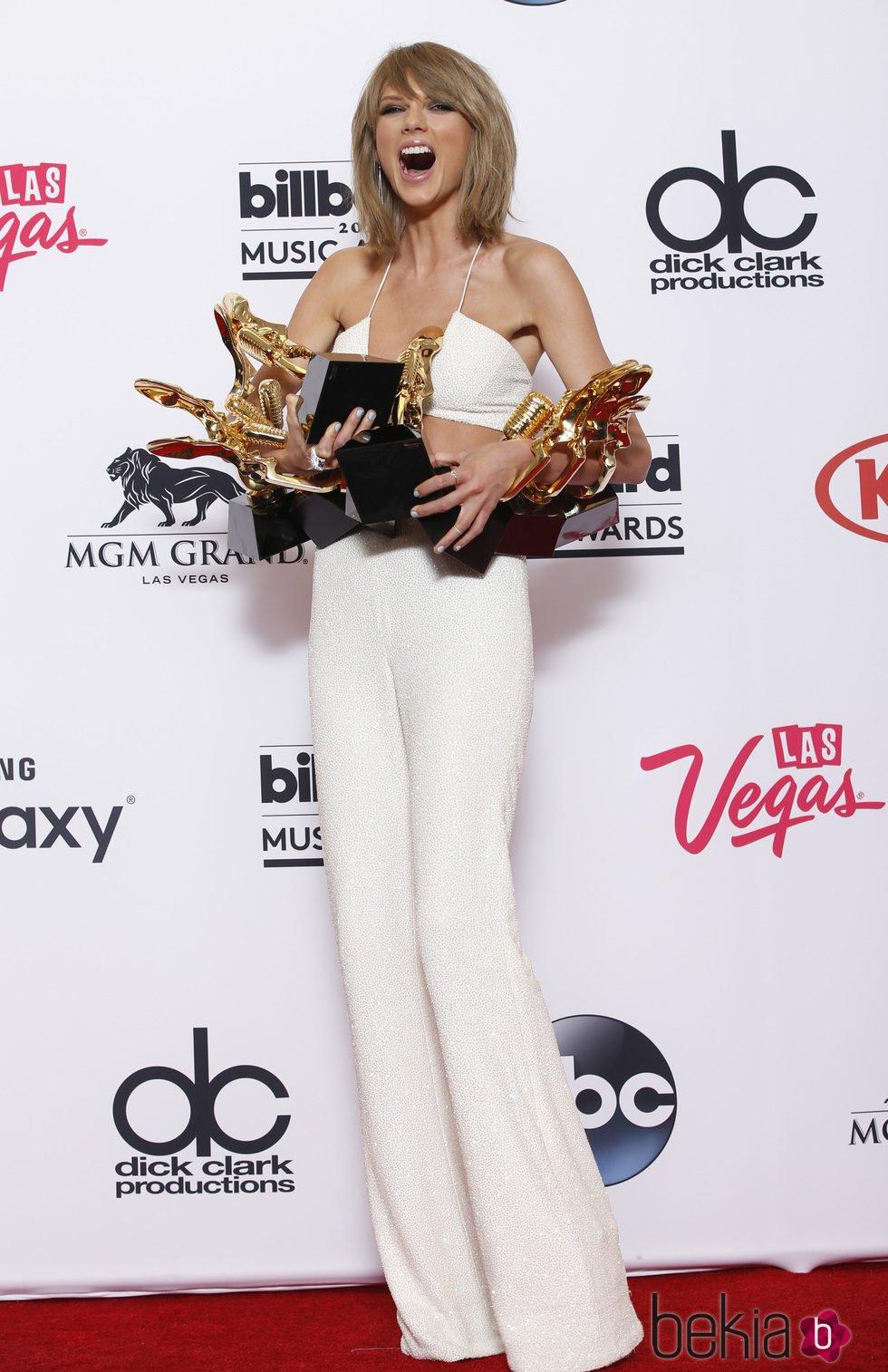 Taylor Swift posa con sus premios en los Billboard Music Awards 2015