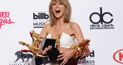 Taylor Swift posa con sus premios en los Billboard Music Awards 2015