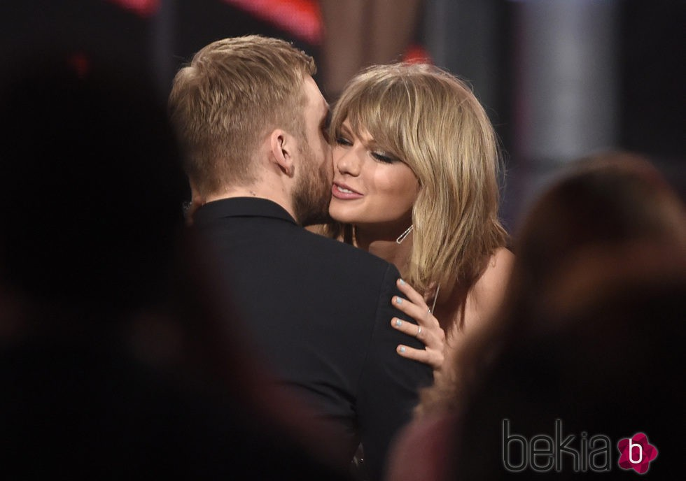 Calvin Harris besa a Taylor Swift en los Billboard Music Awards 2015