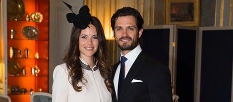 Carlos Felipe de Suecia y Sofia Hellqvist posan tras la lectura de sus amonestaciones prenupciales