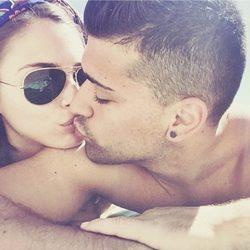 Andrea Duro besándose con su novio