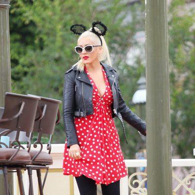 Christina Aguilera en Disneyland vestida de Minnie Mouse