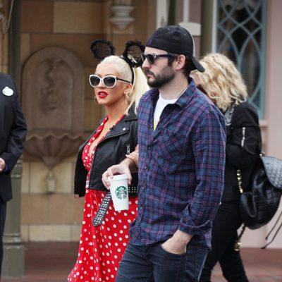 Christina Aguilera con su prometido Matt Rutler en Disneyland