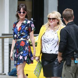 Dakota Johnson con su compañera de reparto Rebel Wilson en 'How To Be Single'