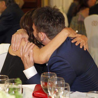 Fernando Tejero y Pepa Bueno abrazándose en la entrega de los Bombines de San Isidro 2015
