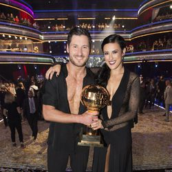 Rumer Willis y Val Chmerkovskiy con el premio de 'Dancing With The Stars'