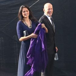 Bruce Willis y Emma Heming entrando al set de 'Dancing With The Stars'
