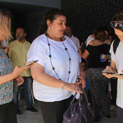 Charo Reina en la capilla ardiente de Manuel Molina en Sevilla