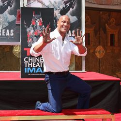 Dwayne Johnson plasma sus huellas en el Teatro Chino de Los Angeles