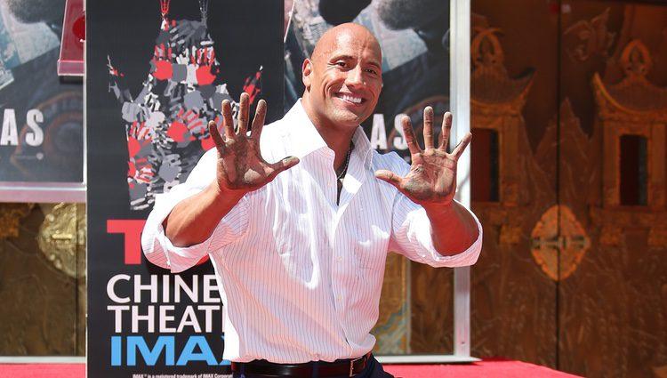 Dwayne Johnson plasma sus huellas en el Teatro Chino de Los Angeles