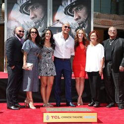 Dwayne Johnson plasma sus huellas en Hollywood arropado por su familia al completo