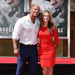 Dwayne Johnson plasma sus huellas en Hollywood con su novia Lauren Hashian