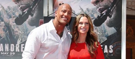Dwayne Johnson plasma sus huellas en Hollywood con su novia Lauren Hashian