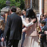 La Reina Letizia abraza a Ana Togores en la Primera Comunión de la Princesa Leonor