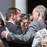 El Rey Juan Carlos y Jesús Ortiz se saludan en la Primera Comunión de la Princesa Leonor