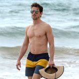 Matt Bomer con el torso desnudo en Hawaii