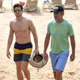 Matt Bomer en la playa con su marido Simon Halls