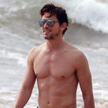 Matt Bomer luciendo abdominales en ua playa de Hawaii