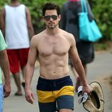 Matt Bomer luce abdominales en una playa de Hawaii