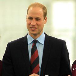 El Príncipe Guillermo recibe una camiseta con el nombre de su hija Carlota