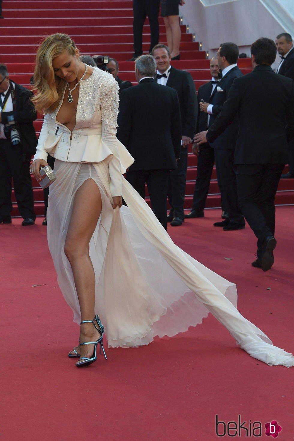 Petra Nemcová lucha contra su vestido en el Festival de Cannes 2015