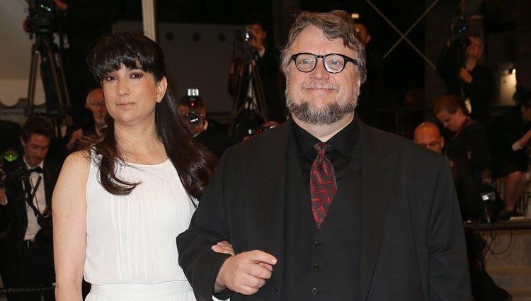 Guillermo del Toro y su mujer, Lorenza Newton, en la premiere de 'Mountains May Depart' en el Festival de Cannes 2015