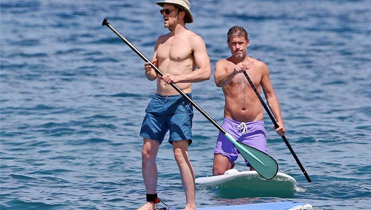 Matt Bomer y Simon Halls practican paddle surf durante sus vacaciones en Hawaii