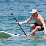 Matt Bomer, a punto de caer al agua mientras practica paddle surf durante sus vacaciones en Hawaii