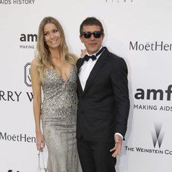 Antonio Banderas y Nicole Kimpel en la gala amfAR del Festival de Cannes 2015