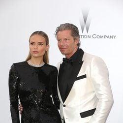 Natasha Poly y Peter Bakker en la gala amfAR del Festival de Cannes 2015