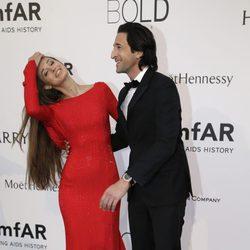 Adrien Brody y Lara Lieto en la gala amfAR del Festival de Cannes 2015