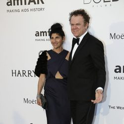 John C. Reilly y Alison Dickey en la gala amfAR del Festival de Cannes 2015