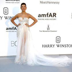 Hailey Baldwin en la gala amfAR del Festival de Cannes 2015
