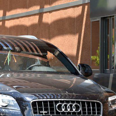 Iker Casillas comprando comida en un restaurante de comida rápida