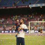 Gerard Piqué celebra la Liga 2014/2015 con su hijo Milan en el Camp Nou