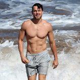 Matt Bomer saliendo del agua en Maui, Hawaii