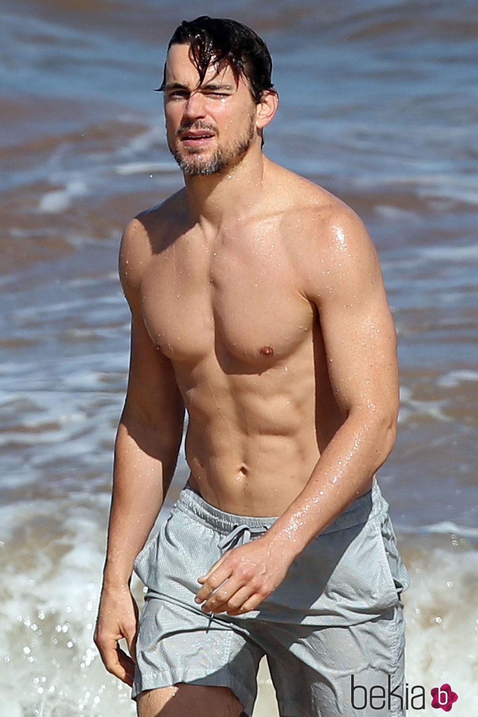 Matt Bomer en bañador y marcando brazo en Hawaii