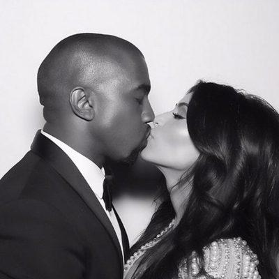 Kim Kardashian y Kanye West dándose un beso en una foto de su reportaje de boda