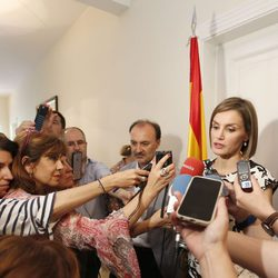 La Reina Letizia atendiendo a los medios de comunicación en su viaje a Honduras