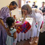 La Reina Letizia saca su salo más maternal durante su visita a Comayagua, Honduras