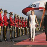 La Reina Letizia llegando a El Salvador tras visitar Honduras