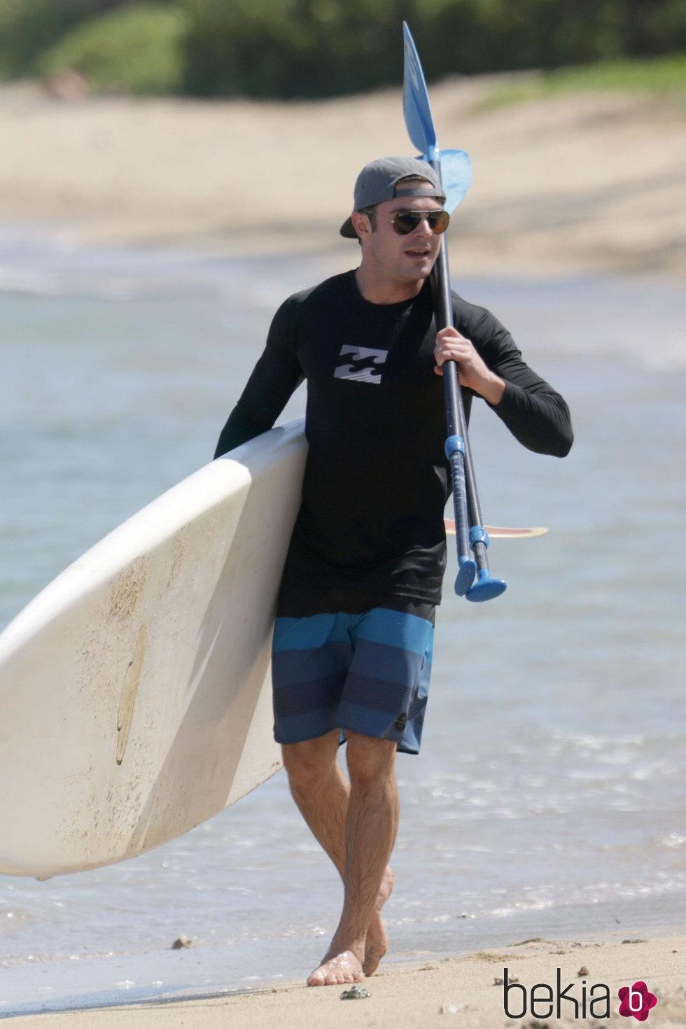 Zac Efron de vacaciones en Hawaii practicando paddle surf