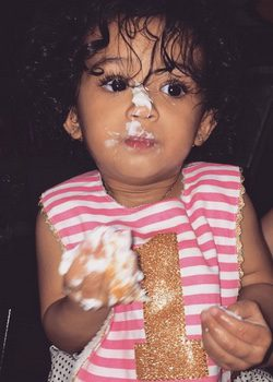 Royalty la hija de Chris Brown comiendo tarta