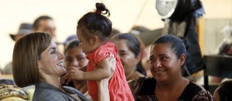 La Reina Letizia saca su vena más maternal durante su viaje de cooperación a El Salvador