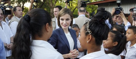 La Reina Letizia hablando con un grupo de niños en El Salvador