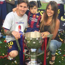 Leo Messi con Antonella Roccuzzo y Thiago celebrando la Liga 2015