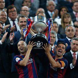 Andrés Iniesta y Xavi Hernández levantan la Copa del Rey ante la mirada del Rey Felipe VI
