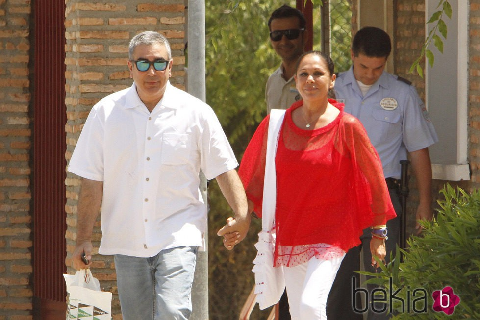 Isabel Pantoja sale de la cárcel de la mano de su hermano Agustín
