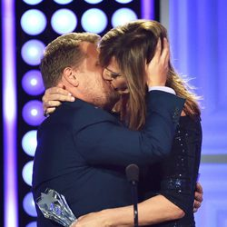 Allison Janney se besa con James Corden en los Critics' Choice Awards 2015
